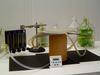Olfactomètre à quatre voies : une cicadelle placée dans la boite reçoit différentes odeurs de plantes placées dans des flacons, le ravageur se dirige vers l'odeur la plus attractive